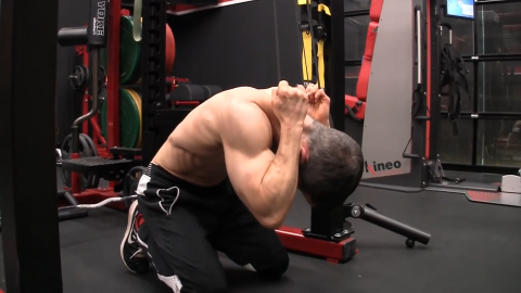 dont sit back on knees in banded pull down abs exercise